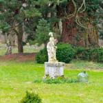 Statue de femme dans le parc